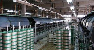 la máquina 4k produciendo tejidos en una fábrica de seda, hiladora recoge la seda almacen de metraje de vídeo