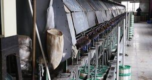 la máquina 4k produciendo tejidos en una fábrica de seda, hiladora recoge la seda metrajes
