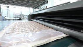 La máquina para el embalaje de colchones, embalaje de un colchón, fabricación del colchón, planta del vacío del vacío para la pro almacen de metraje de vídeo