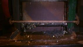 La máquina para el filtro de limpieza de las aguas residuales ralla de la ruina almacen de metraje de vídeo
