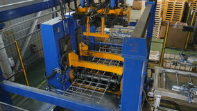 La máquina potente hace la res muerta del envase de rejilla del metal metrajes