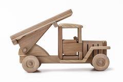 La máquina que lucha es un coche del juguete hecho de la madera Imágenes de archivo libres de regalías