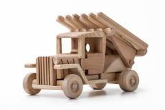 La máquina que lucha es un coche del juguete hecho de la madera Fotografía de archivo
