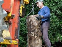 La máquina que partía del registro hidráulico ató a un tractor que la máquina se está utilizando para partir registros de madera  imagen de archivo libre de regalías