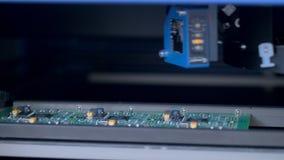 La máquina robótica de la placa de circuito produce componentes electrónicos digitales 4K almacen de video