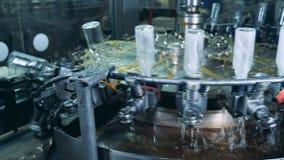 La máquina rotatoria está esterilizando las botellas de cristal almacen de video