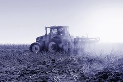 La máquina segadora moderna funciona en el campo Siembra y harvesti Imágenes de archivo libres de regalías