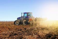 La máquina segadora moderna funciona en el campo Siembra y harvesti Imagen de archivo