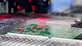 La máquina superficial de la tecnología del soporte pone elementos en placas de circuito almacen de metraje de vídeo