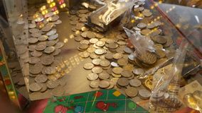 La máquina tragaperras del casino llenó de británicos 10 monedas de los peniques imagen de archivo