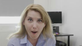 La mâchoire a laissé tomber la femme de bureau avec la bouche ouverte large dans la pleine incrédulité ayant la réaction choquant banque de vidéos