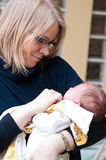 La mère étreint la chéri Image stock