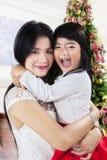 La mère étreint sa fille dans le jour de Noël Photographie stock libre de droits