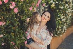 La mère adorable des meilleures amies avec les poils noirs foncés et la fille mignonne de bébé avec les poils blonds et la pose r Image libre de droits
