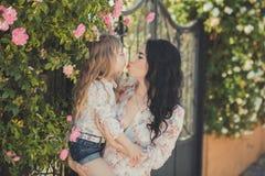 La mère adorable des meilleures amies avec les poils noirs foncés et la fille mignonne de bébé avec les poils blonds et la pose r Images libres de droits