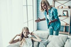 La mère adulte blonde amène l'adolescente vilaine de fille image stock