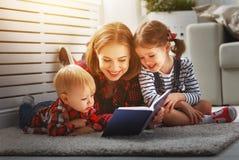 La mère affiche le livre aux enfants Photo libre de droits