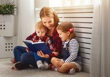 La mère affiche le livre aux enfants Photographie stock libre de droits