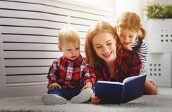 La mère affiche le livre aux enfants Photographie stock