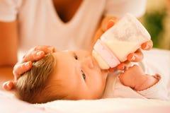 La mère alimente la chéri Photo libre de droits