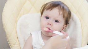 La mère alimente le bébé de la cuillère clips vidéos