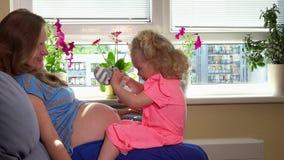 La mère avec la belle fille apprécient le temps de grossesse Famille heureuse attendant le garçon banque de vidéos