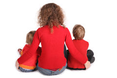 La mère avec des enfants s'asseyent en arrière images libres de droits