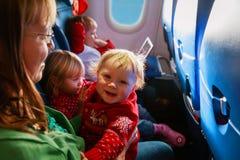 La mère avec des enfants voyagent en avion, voyage de famille photos libres de droits