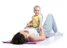 La mère avec l'enfant font gymnastique et la forme physique Photographie stock libre de droits