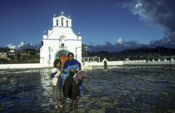 La mère avec l'enfant vend des handmadensouvenirs à l'église de San Juan Photos libres de droits