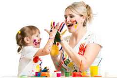 La mère avec la peinture d'enfant et ont le passe-temps d'amusement photo libre de droits