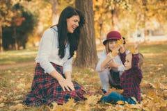 La mère avec son fils et fille joue en parc Photographie stock libre de droits