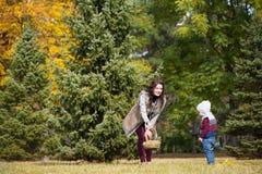 La mère avec son fils marche en parc d'automne Photo libre de droits
