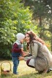 La mère avec son fils marche en parc d'automne Images libres de droits