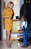 La mère avertit son fils après le retour de l'école Photographie stock libre de droits
