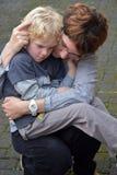 La mère calme son enfant Photos libres de droits