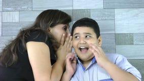 La mère chuchote le secret à son fils clips vidéos