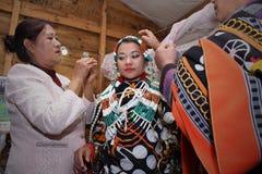 La mère de Tangkhul habille sa fille pour l'envoyer à sa nouvelle famille Image libre de droits