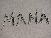 La mère de Word est écrite sur le sable Image stock