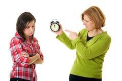 La mère discutent avec son descendant pour être en retard Photo libre de droits