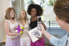 La mère du pont photographiant la jeune mariée et ses amis Photo stock