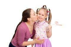 La mère embrasse ses cinq années de fille Photographie stock libre de droits