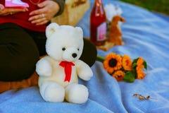 La mère enceinte tient son ours de nounours de childs Images libres de droits