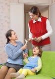 La mère engage la bonne d'enfants Images libres de droits