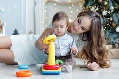 La mère enseigne à fils comment assembler une pyramide Image libre de droits