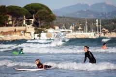 La mère enseigne l'enfant à surfer sur la plage, La Ciotat, France Photos libres de droits