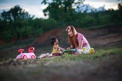 La mère enseigne le livre de lecture à la fille Photo libre de droits