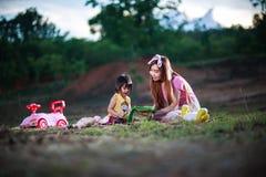 La mère enseigne le livre de lecture à la fille Photos libres de droits
