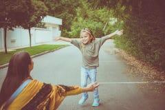 La mère et la fille à l'amour de part de rue démangent autre Photo libre de droits