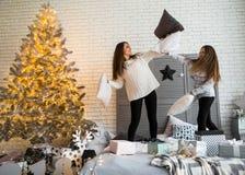 La mère et la fille dans Noël ont l'amusement images stock
